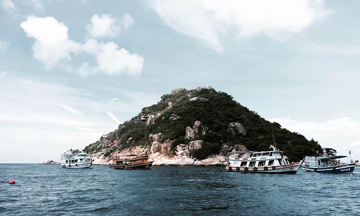Diveboats at Shark Island in Koh Tao